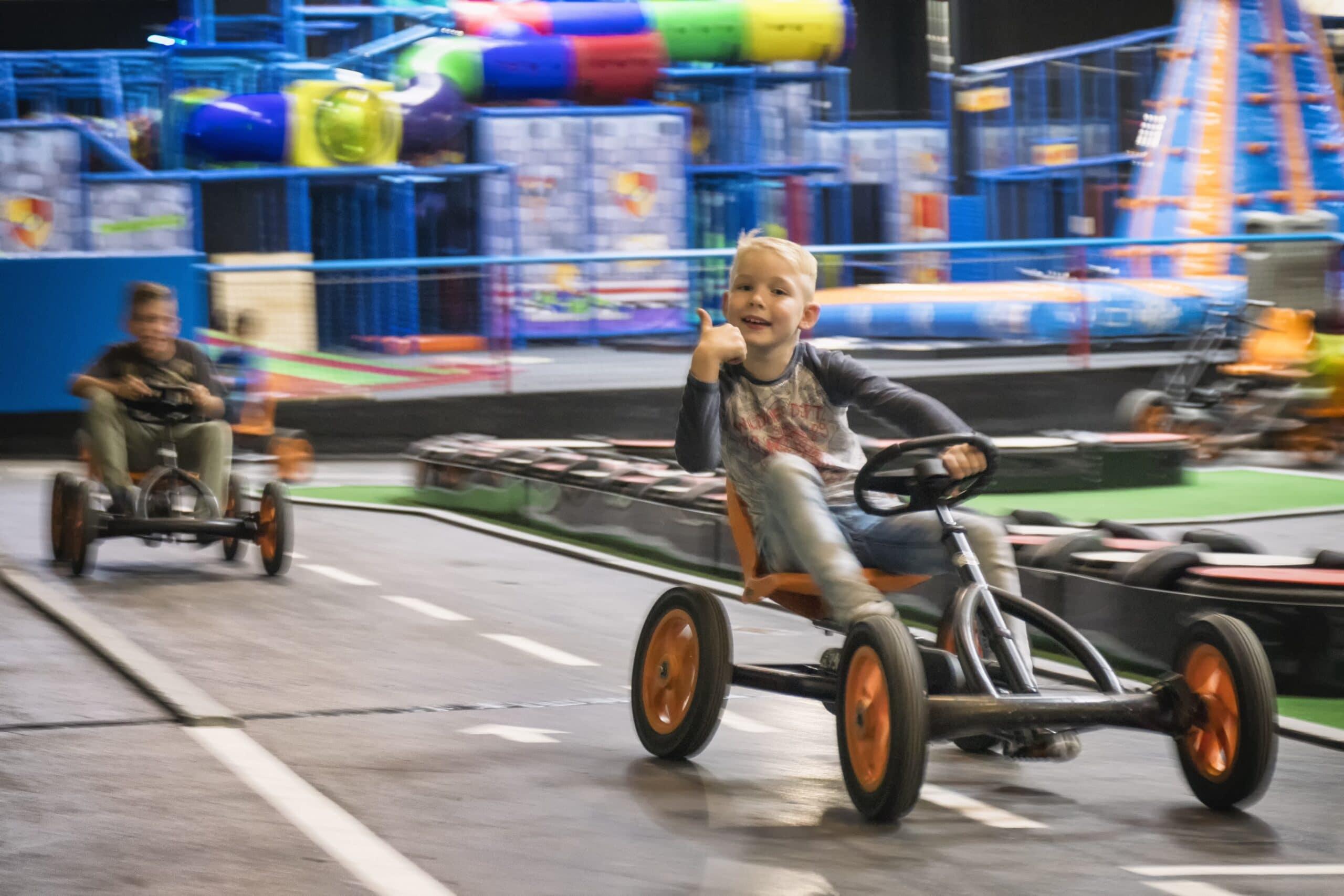 Skelter rijden op de skelterbaan bij Jimmy's Speelparadijs in Amsterdam.