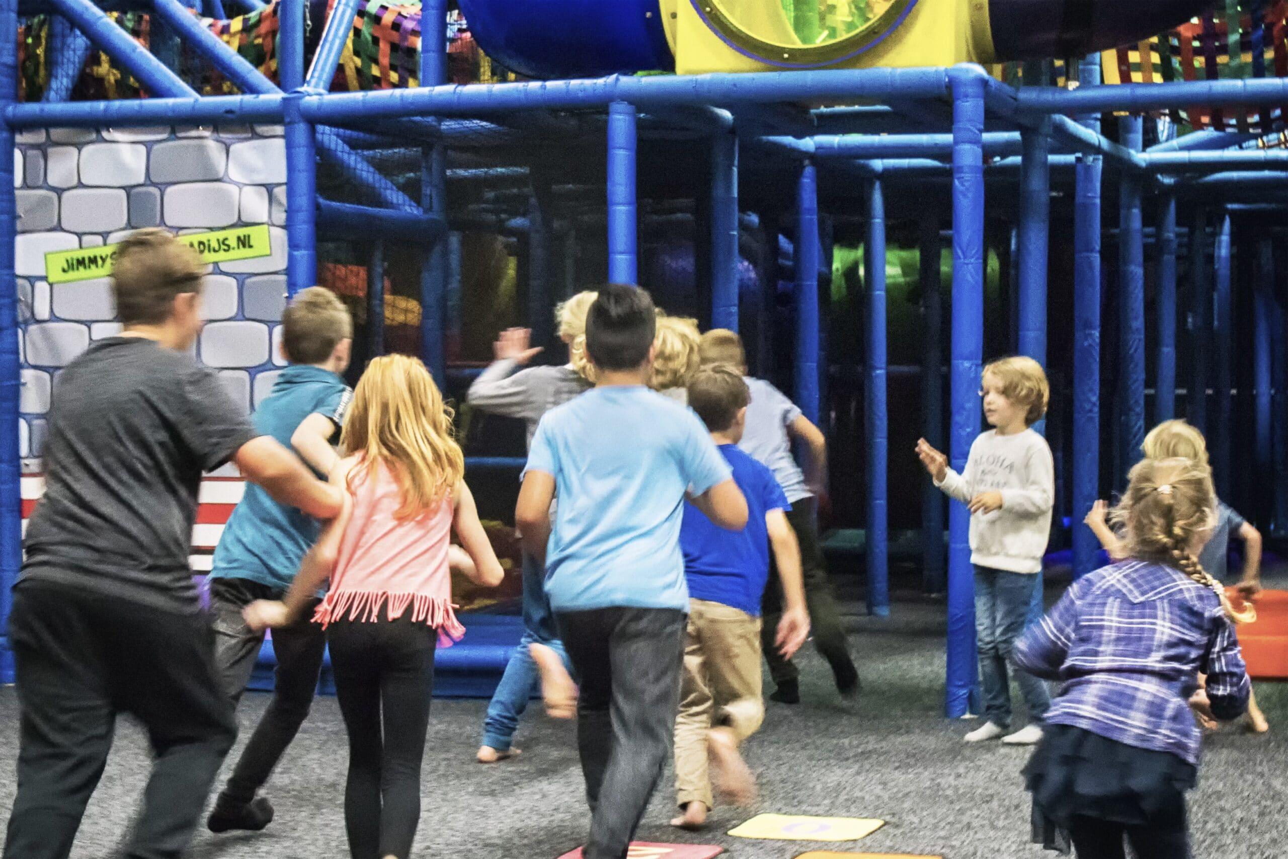 Kinderen rennen naar de ingang van het klimkasteel in Jimmy's Speelparadijs in Amsterdam