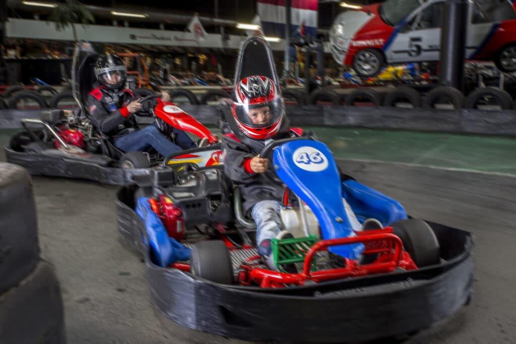 Vader en zoon racen tegen elkaar in de familieheat van Race Planet in Amsterdam en Delft op de kartbaan.