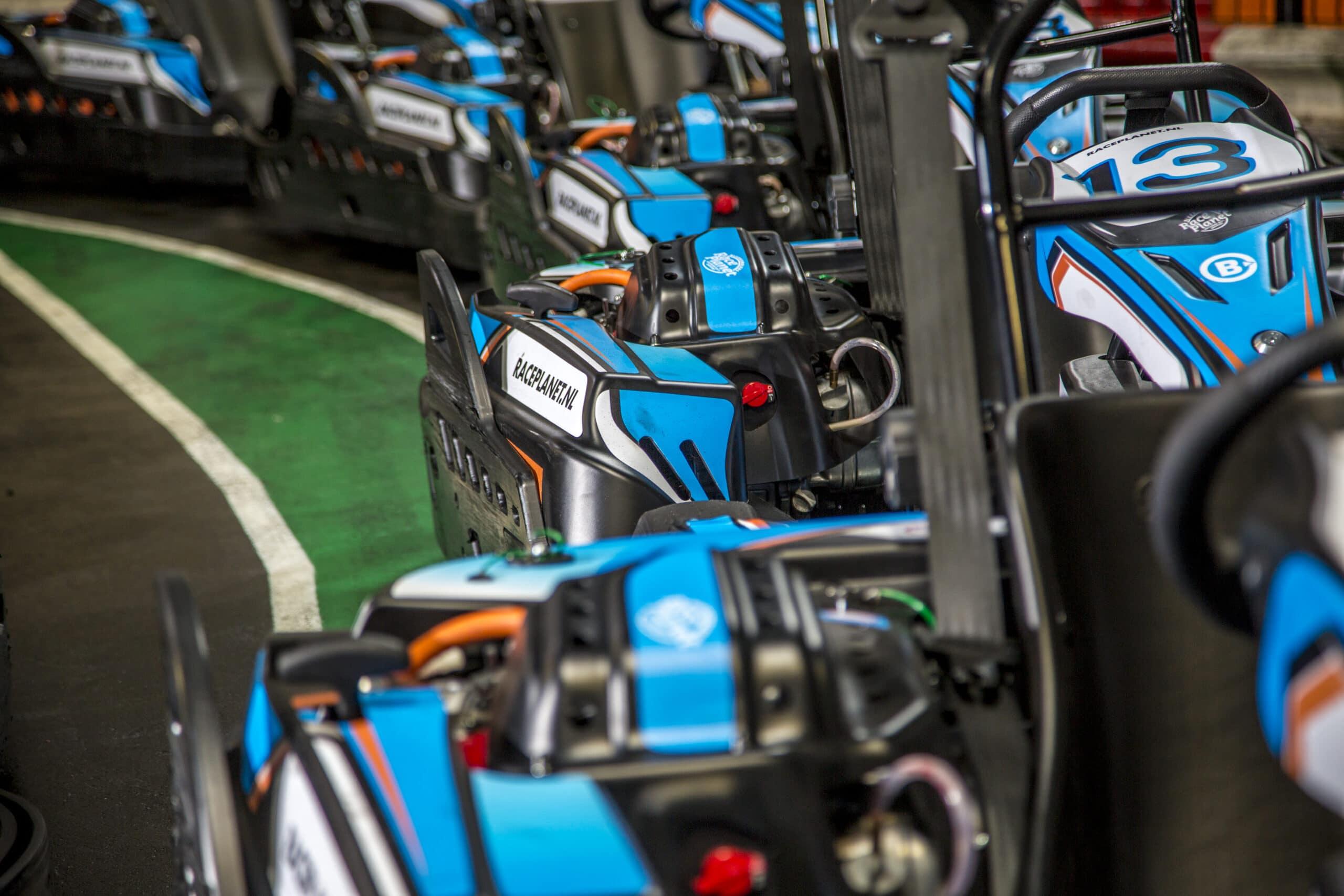 Karts op een rij in de pitstraat van Race Planet in Delft en Amsterdam.