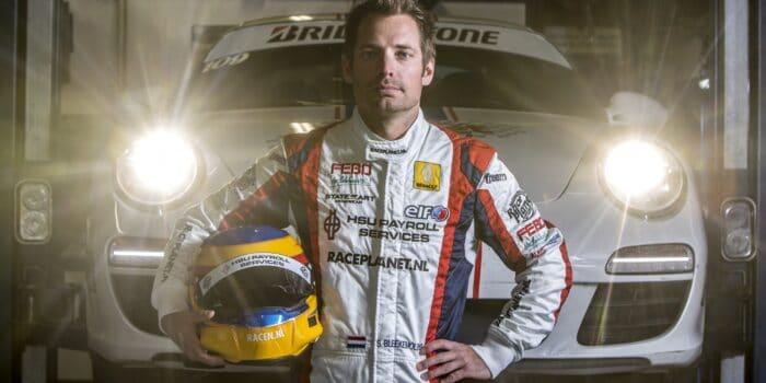 Sebastiaan Bleekemolen voor een Race Planet Porsche 911 als coureur met racepak en helm.