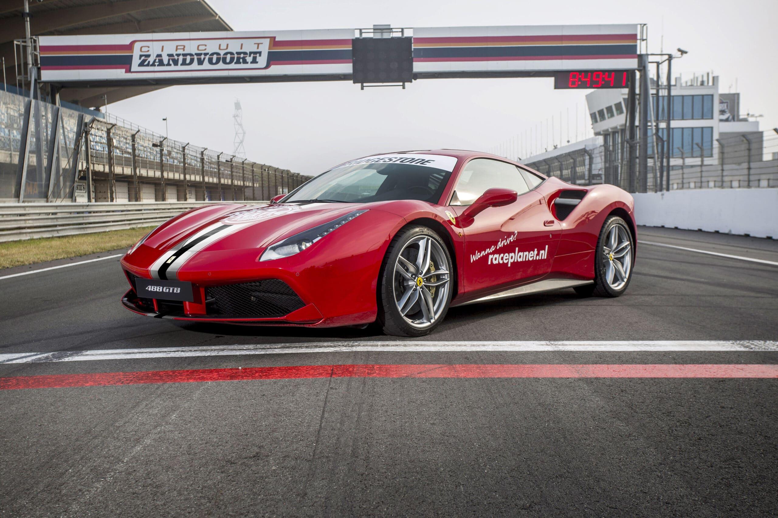 Rode Ferrari 488 GTB op de start-finishlijn van Circuit Zandvoort bij Race Planet.