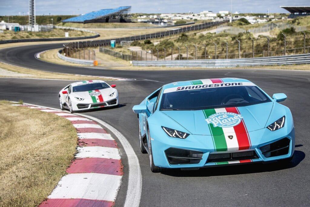 Lamborghini Huracans van Race Planet op Circuit Zandvoort in de Slotemakerbocht waarin deelnemers tijdens Race Experiences zelf rijden.