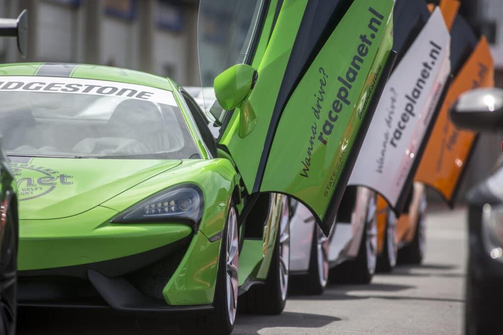 Open vleugeldeuren van McLaren's in de pitstraat van Circuit Zandvoort.