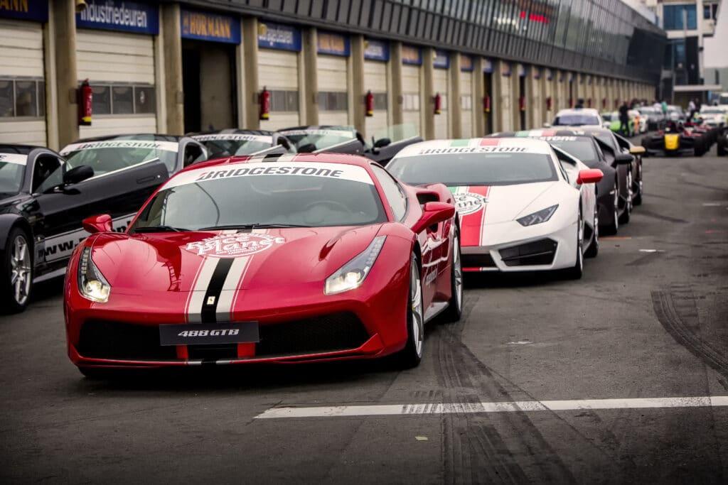 Ferrari 488 GTB, Lamborghini's, Aston Martin en andere sportwagen staan klaar voor deelnemers aan de Platinum Experience op Circuit Zandvoort.