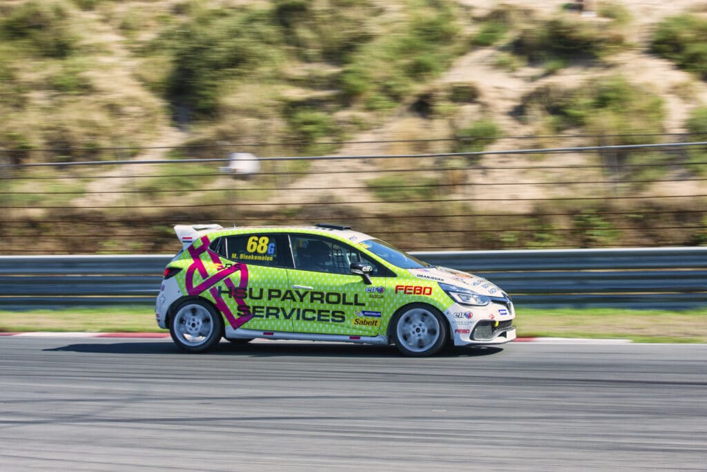 De Renault Clio Cup raceauto van Michael Bleekemolen in actie op Circuit Zandvoort, hetzelfde automodel als de Racetaxi