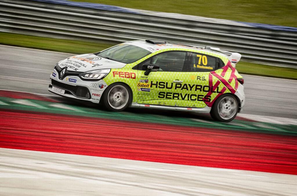 Renault Clio Cup auto van Sebastiaan Bleekemolen in actie op het circuit, hetzelfde model als het meerijden in de Racetaxi op Circuit Zandvoort