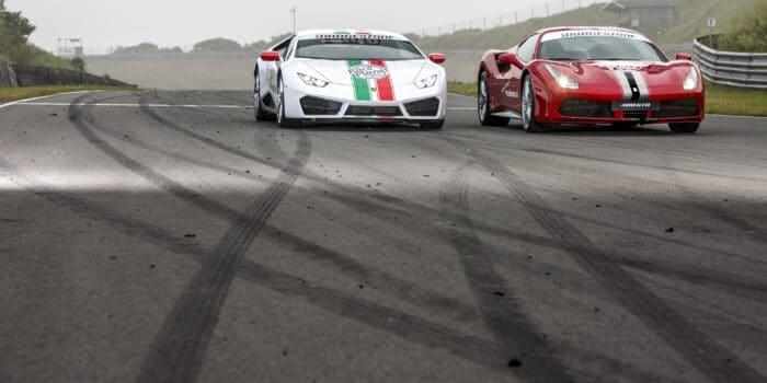 Witte Lamborghini Huracan en rode Ferrari 488 GTB op Circuit Zandvoort bij Race Planet tijdens een Race Experience.