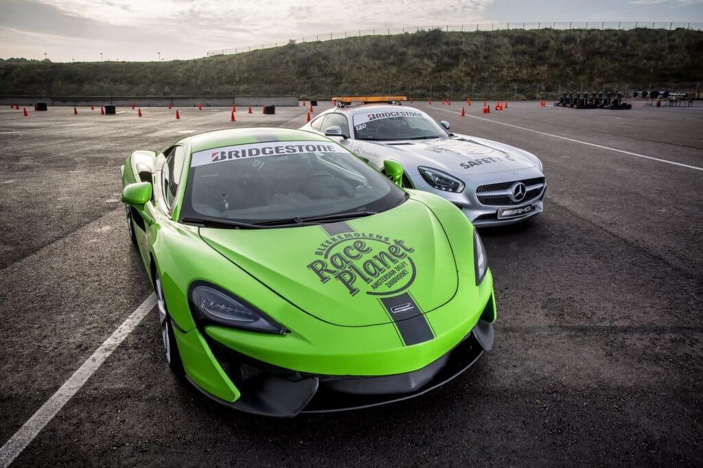 McLaren 540C en Mercedes-AMG GT Coupe staan op het paddock voor deelnemers van de Super Experience op Circuit Zandvoort.