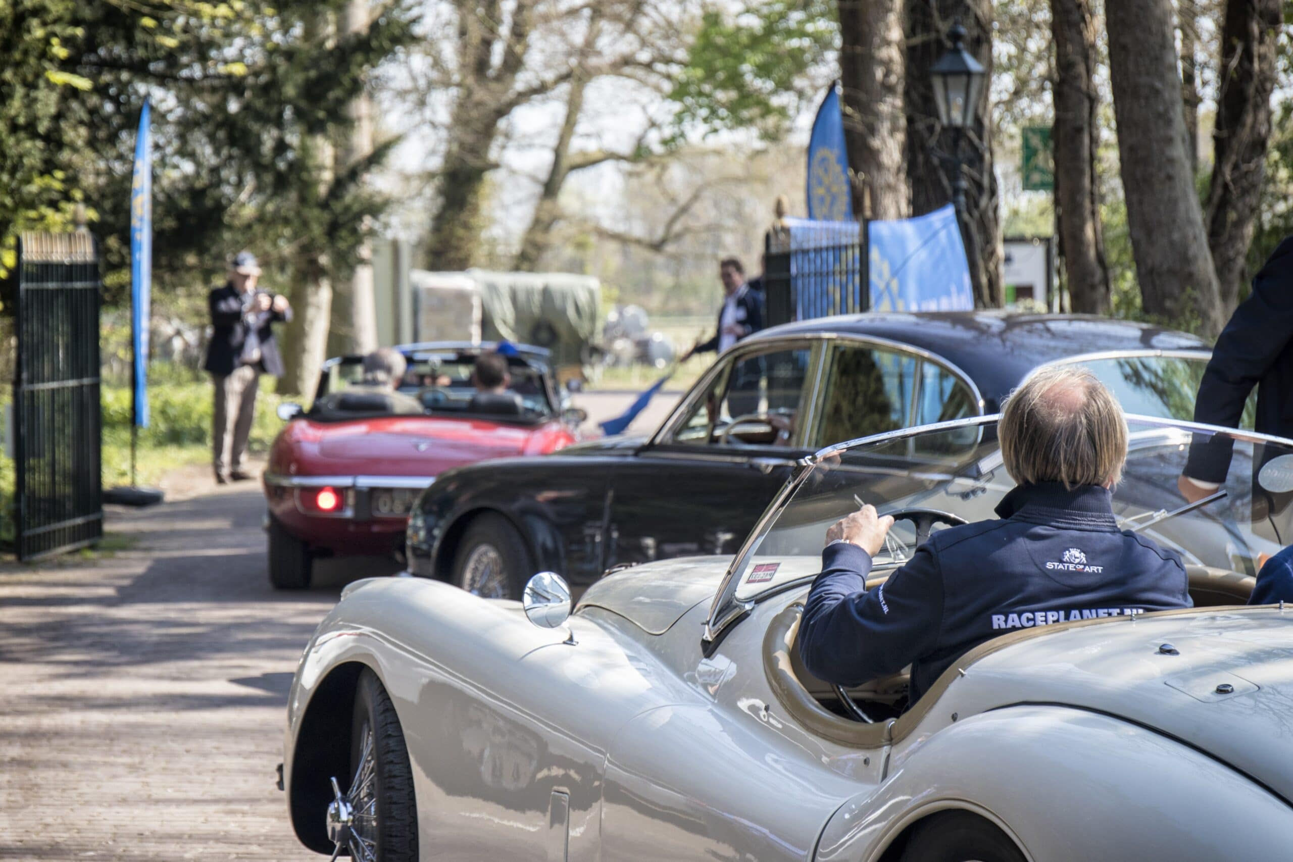 Jaguar XK120 en andere oldtimers tijdens een klassiekerrit van Rijeenklassieker.nl