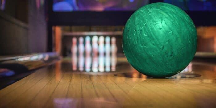 Bowlingbal op de bowlingbaan bij Race Planet in Amsterdam en Delft met bowling pins.