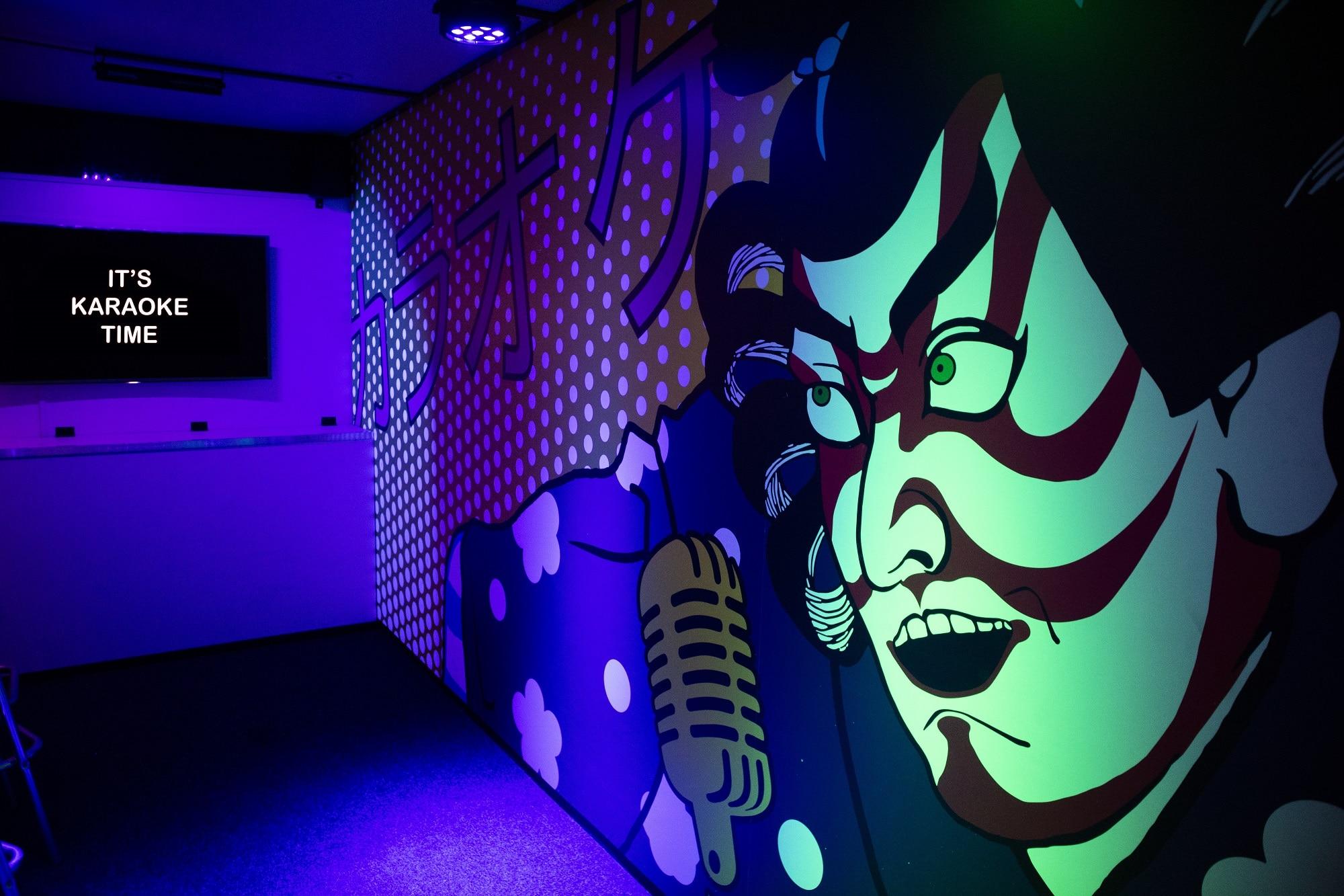 Interieur van de Japanse karaokebar bij Race Planet Amsterdam waar bezoekers zelf karaoke kunnen zingen in Amsterdam.