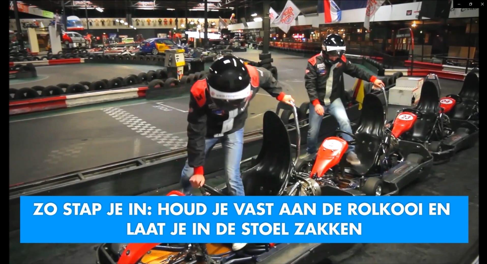 Rijders stappen op de veilige manier in de kart voor de race op de kartbaan van Race Planet in Delft en Amsterdam.