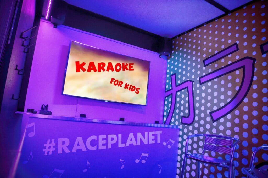Vier het leukste kinderfeestje bij Race Planet met Karaoke voor kids, zo zingen kinderen mee met hun favoriete liedjes.
